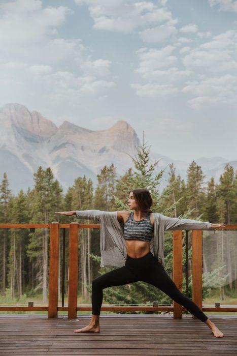 Chica practicando meditación y yoga