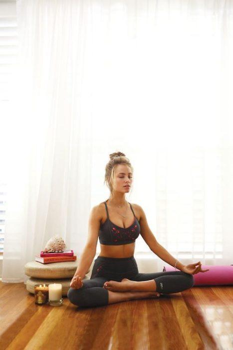 Chica meditando sentada