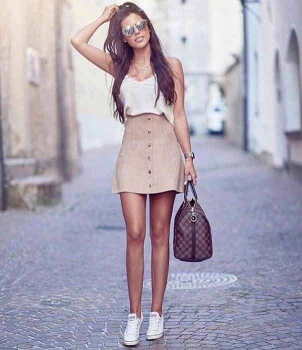 Falda corta de gamuza color beige