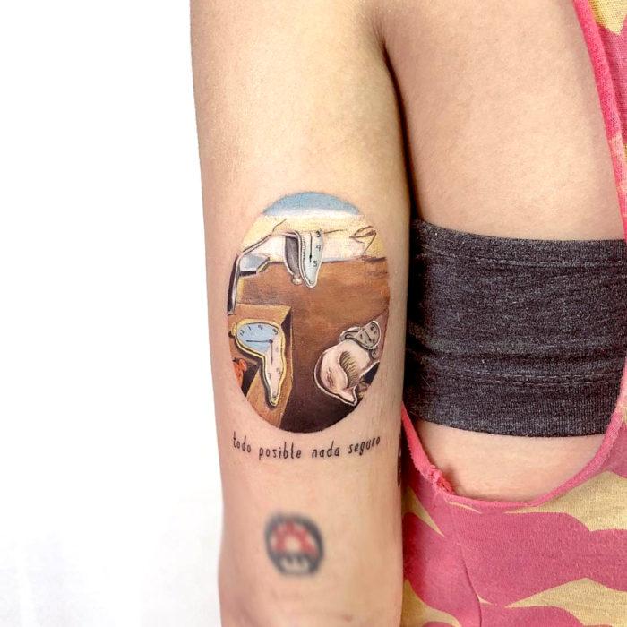 Minitatuajes realistas de Eden Kozokaro; La persistencia de la memoria, los relojes de Salvador Dalí