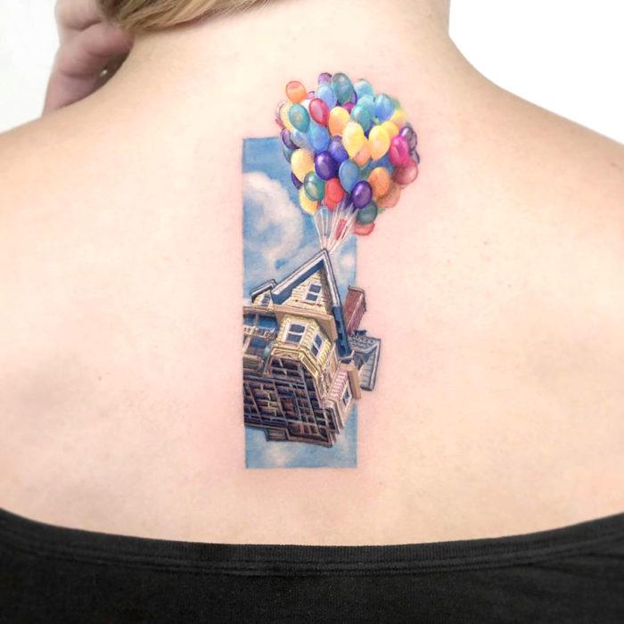 Minitatuajes realistas de Eden Kozokaro; casa flotando con globos de Up