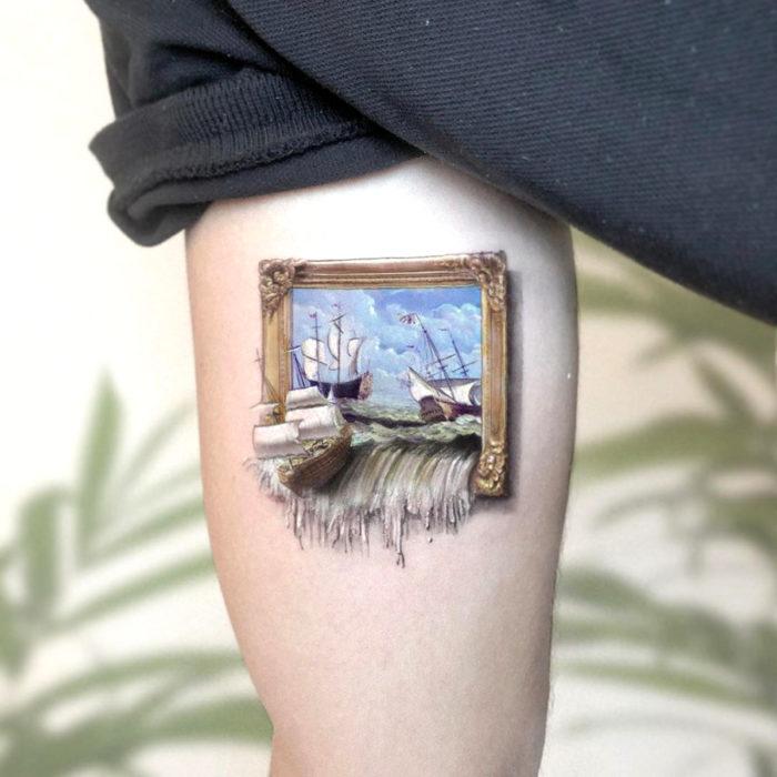 Minitatuajes realistas de Eden Kozokaro; Barco saliéndose de pintura