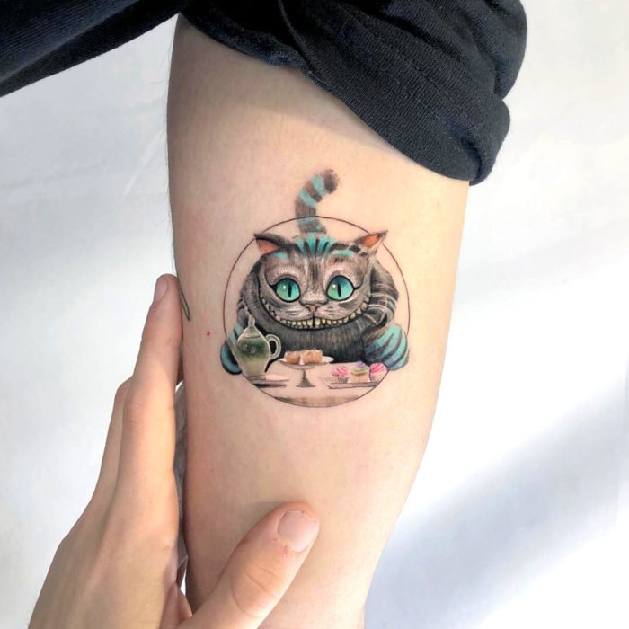 Minitatuajes realistas de Eden Kozokaro; Gato de Cheshire, Alicia en el País de las Maravillas