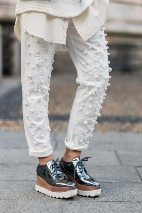 Mom jeans blancos con perlitas