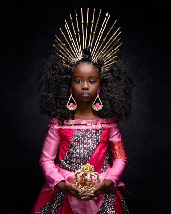 Niña africana vestida como Aurora de la Bella Durmiente