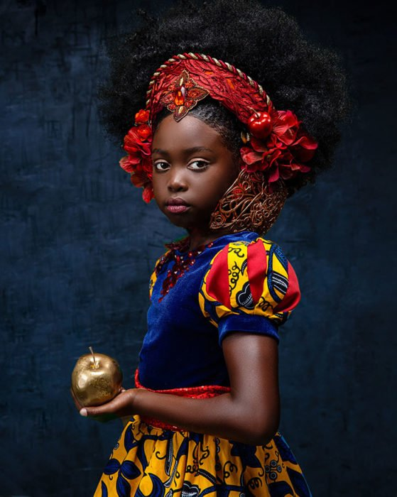 Niña africana vestida como Blanca Nieves