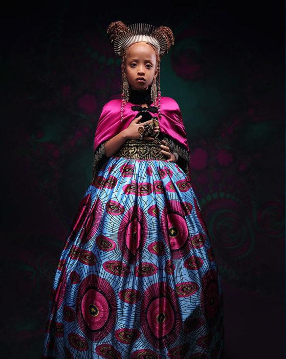 Niña africana vestida como Anna de Frozen