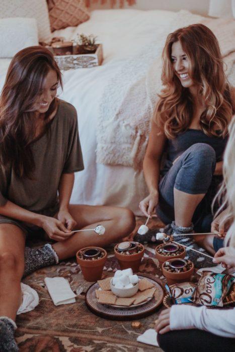 Reunión de amigas riendo y platicando