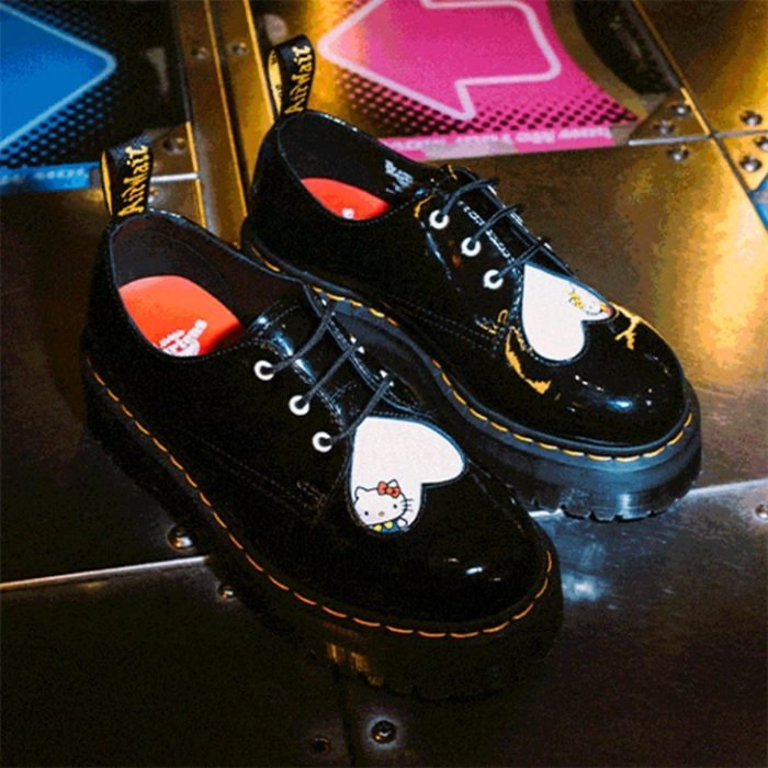 Zapatos negros con plataforma de Dr. Martens con Hello Kitty