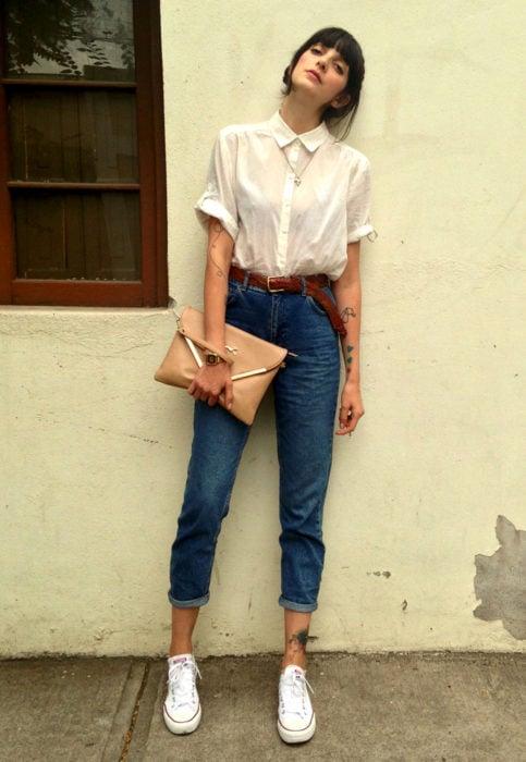 Outfit con blusa blanca; chica con tatuajes en los brazos y tenis converse