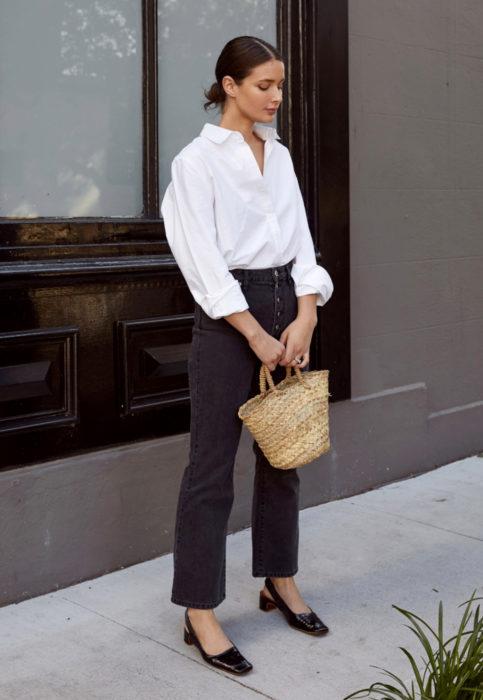 Outfit con blusa blanca; mujer con peinado de chongo