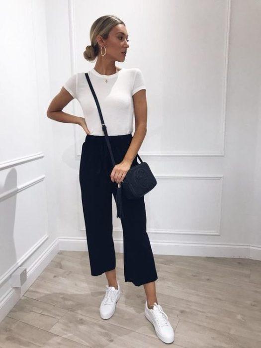 Chica con blusa blanca y culotte negro