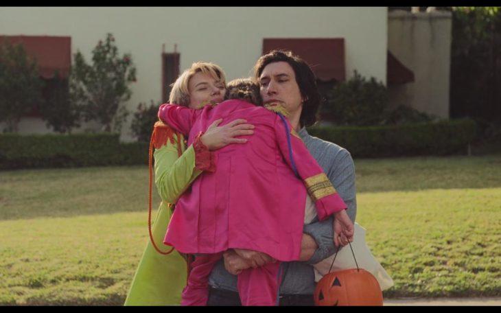 Escena de la película historia de un matrimonio, en el final cuando regresan de una fiesta de disfraces