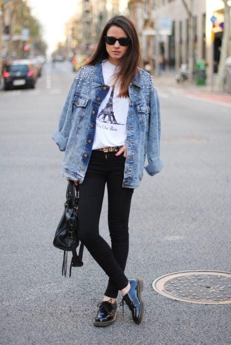 Outfit de chica utilizando unos jeans negros