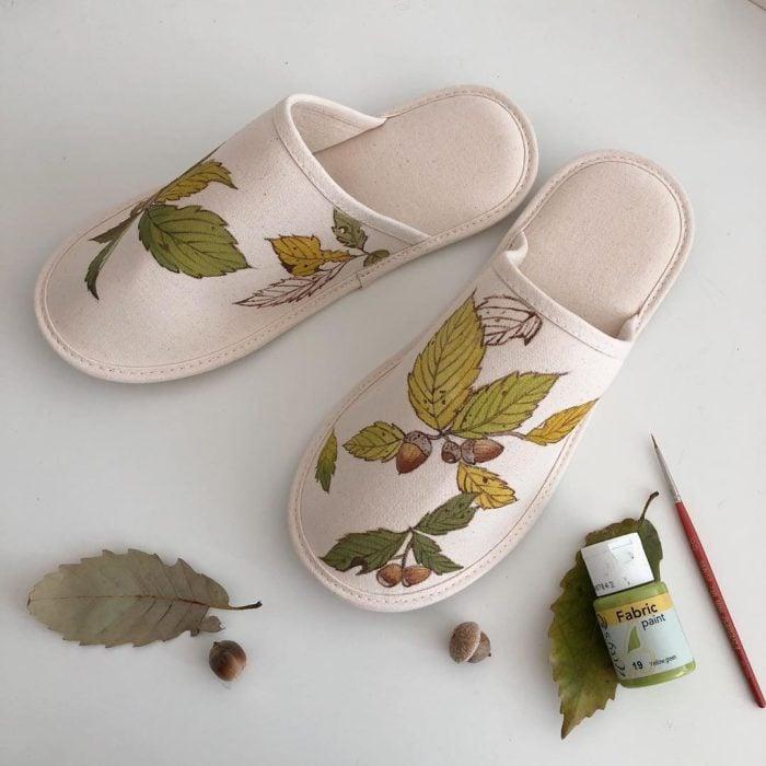 Pantunflas color beige con hojas verdes y avellanas