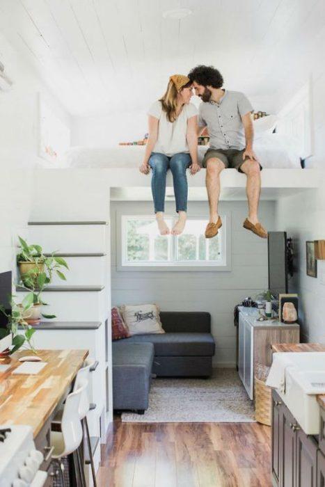 Pareja terminando de decorar su hogar