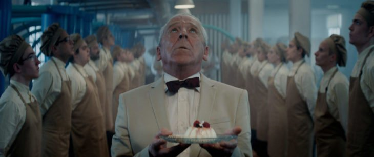 Escena de la película El Hoyo en la que se ve aun señor sosteniendo un plato con comida