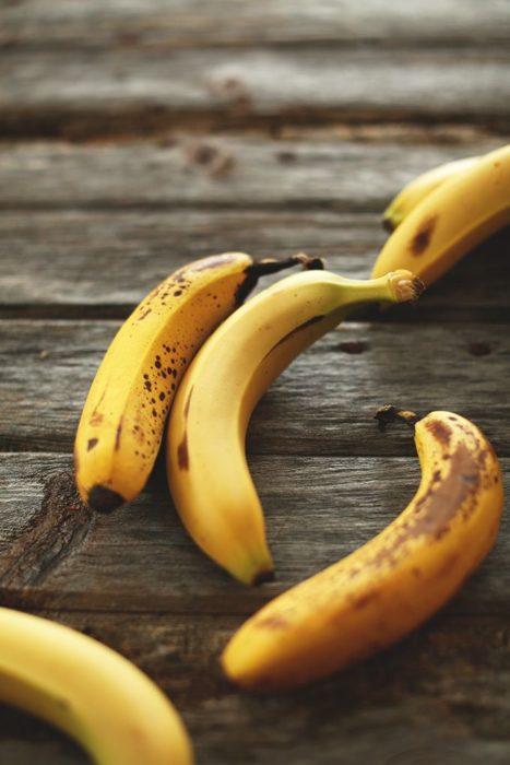 Plátanos sobre una mesa de madera