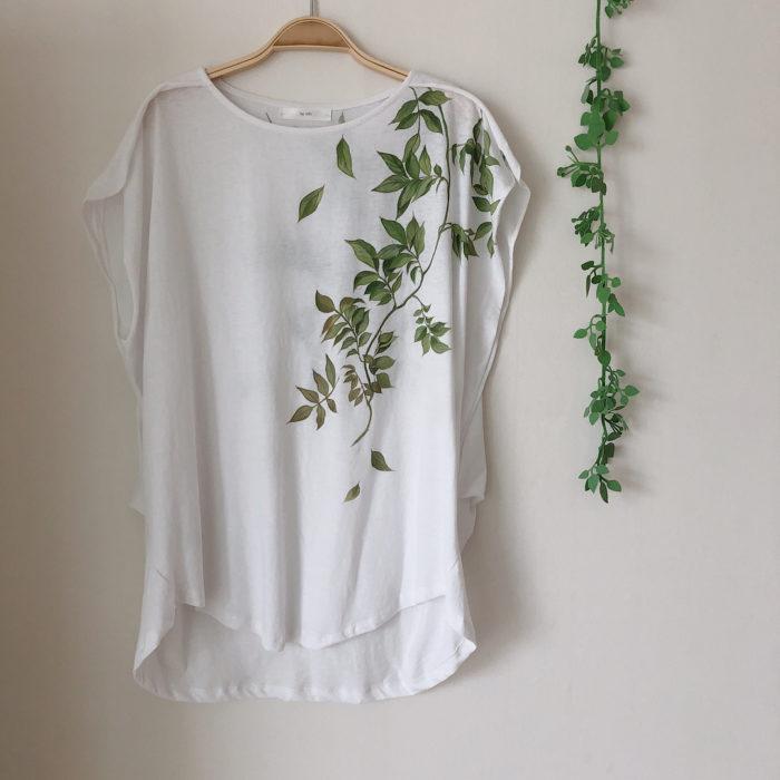 Camiseta blanca con hojas verdes