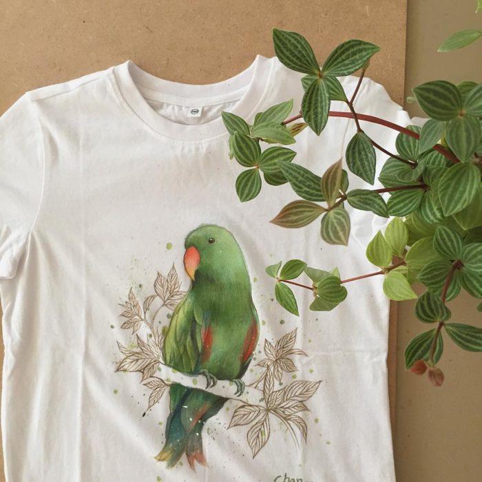 Camiseta blanca con un periquito verde