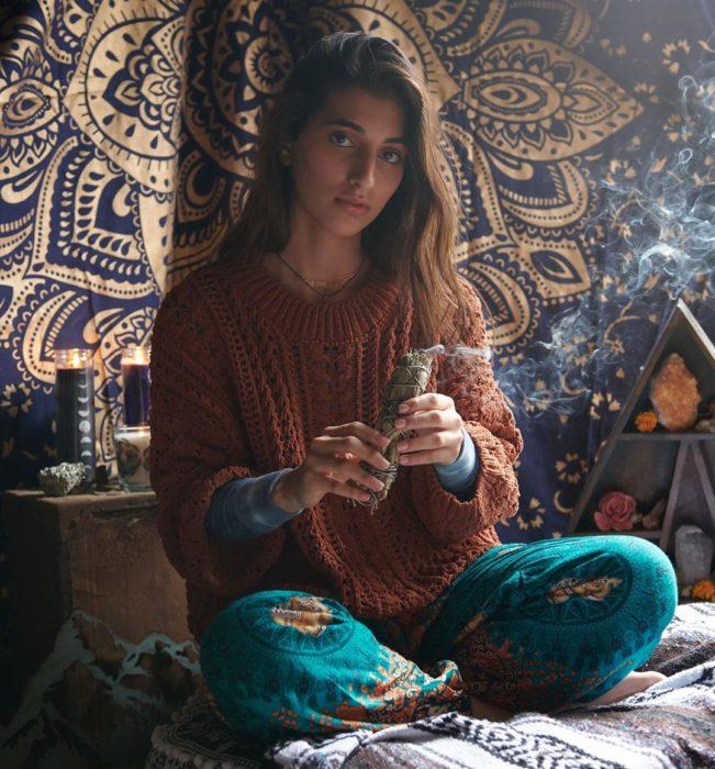 Chica preparándose para meditar
