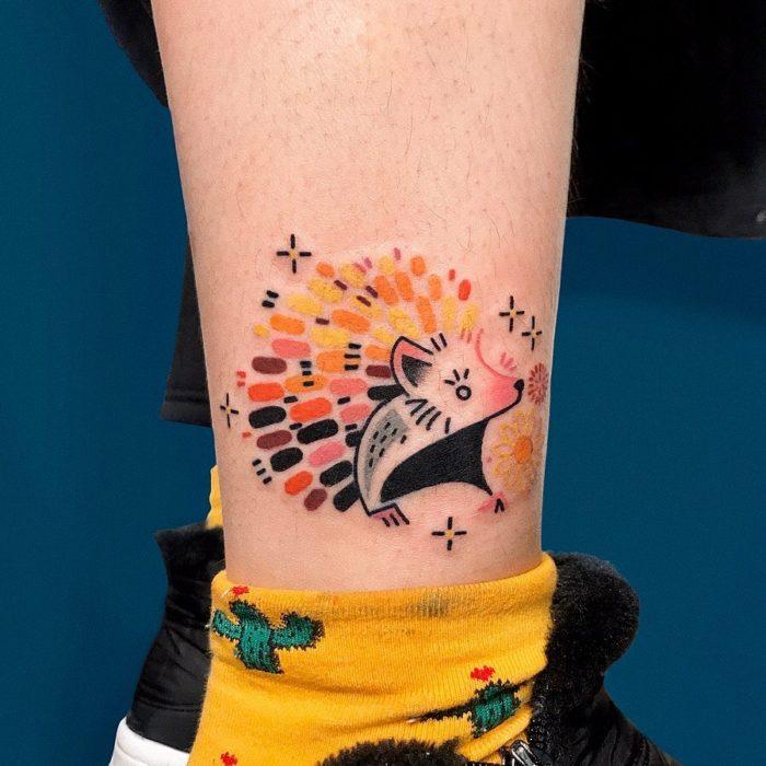 Tatuaje de la artista Moon Blue Ink de un puerco espin