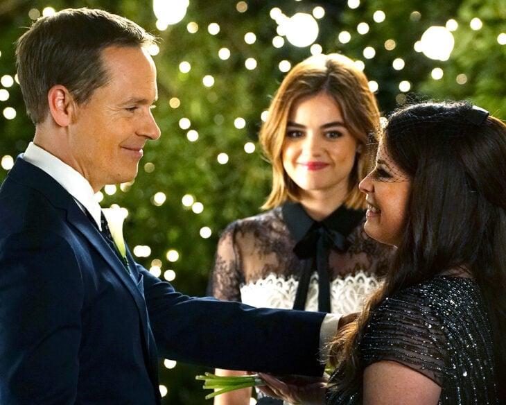 Escena de la serie Pretty Little Liars, Aria viendo a sus padres mientras están en una ceremonia