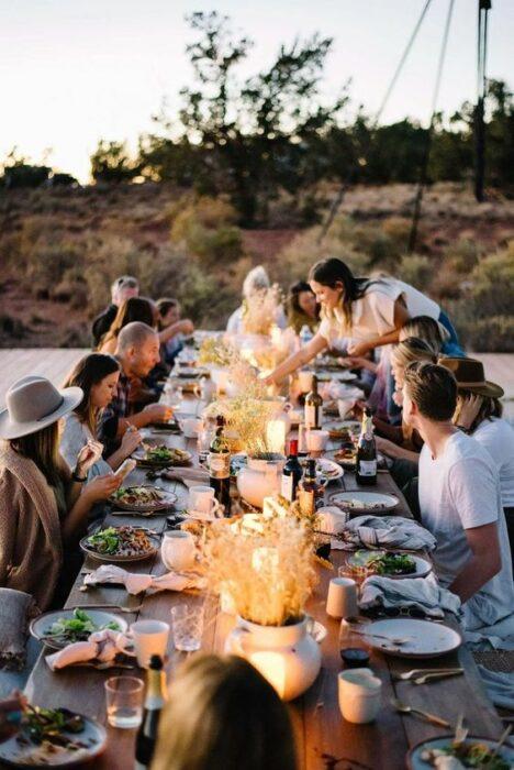 Familia alrededor de una mesa disfrutando de una deliciosa comida