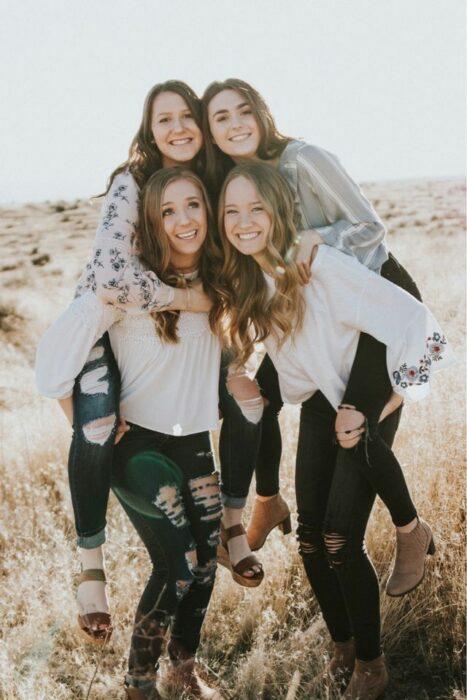 Hermanas abrazadas tomándose una fotografía