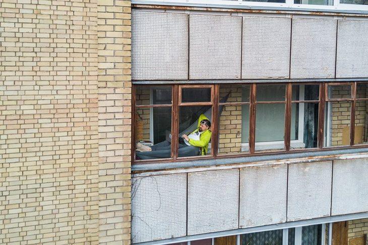 Hombre en hamacacon luz en su ventana
