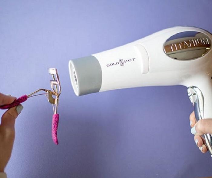 Aplicar calor del secador a rizador de pestañas