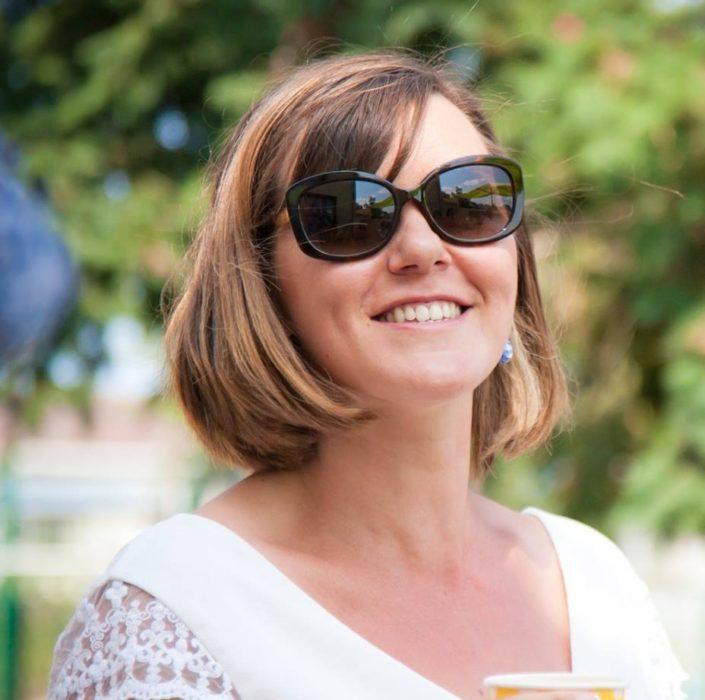 Fotografía de Sandrine Graneau sonriendo y usando gafas de sol