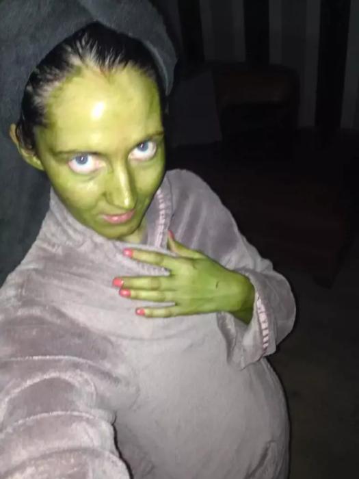 Mujer termina verde después de usar autobronceador