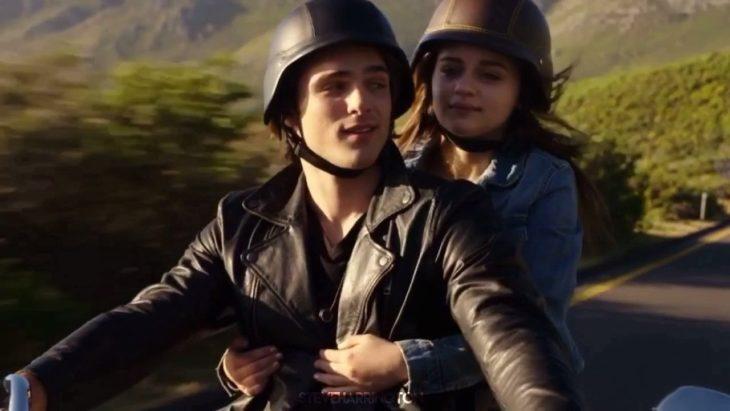 Escena de la película El stand de los besos con Jacob Elordi conduciendo una motocicleta
