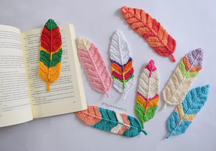 Separadores de libros en forma de pluma tejidos a crochet