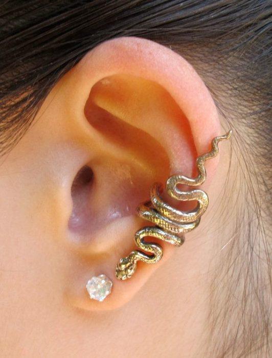 Arete para oreja de serpiente que llega a joya