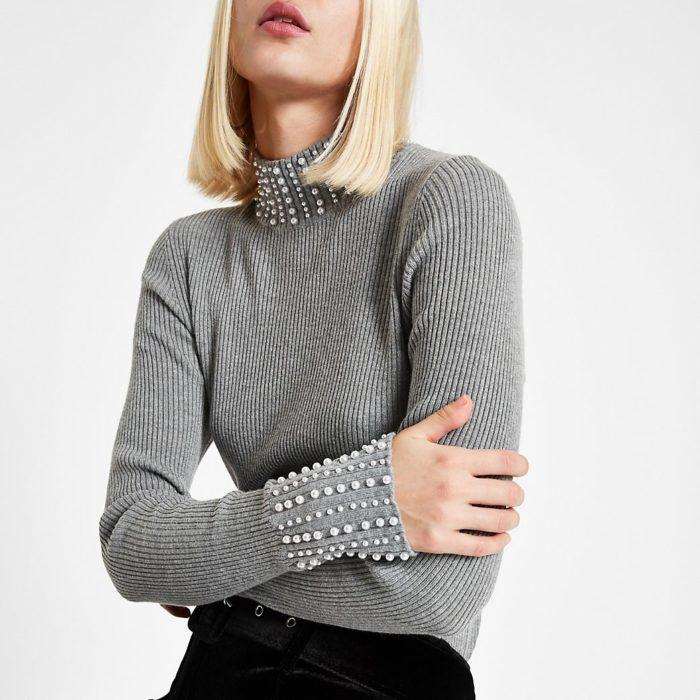 Suéter ajustado con perlitas en el cuello y puño de las mangas
