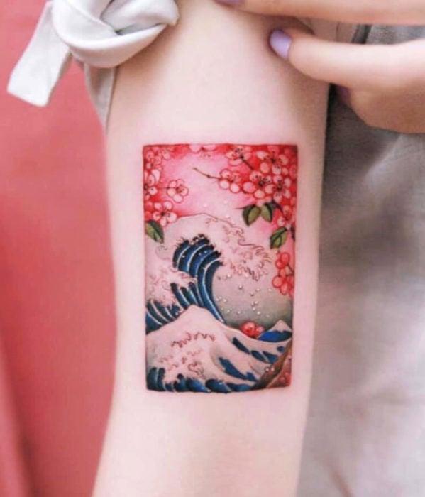 Tatuajes femeninos y con significado; la gran ola japonesa