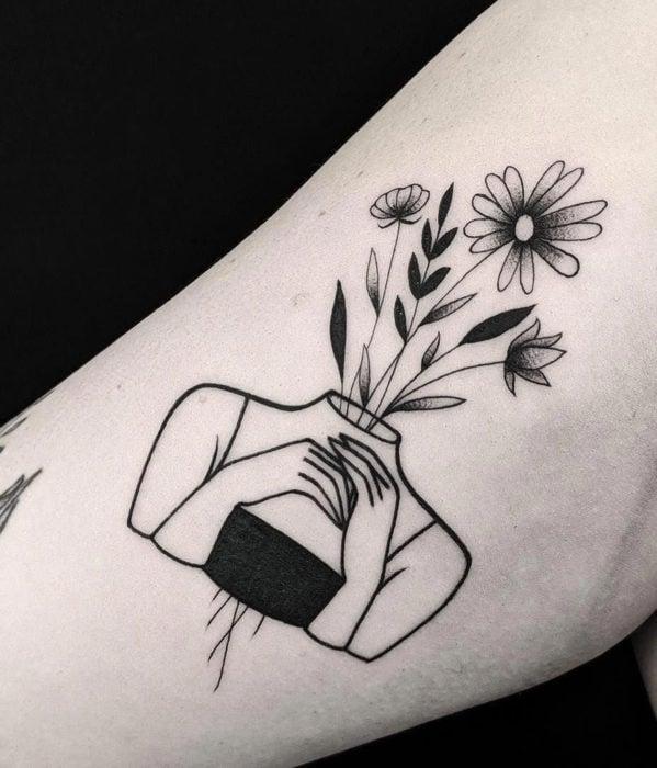 Tatuajes femeninos y con significado; mujer con plantas y flores en la cabeza