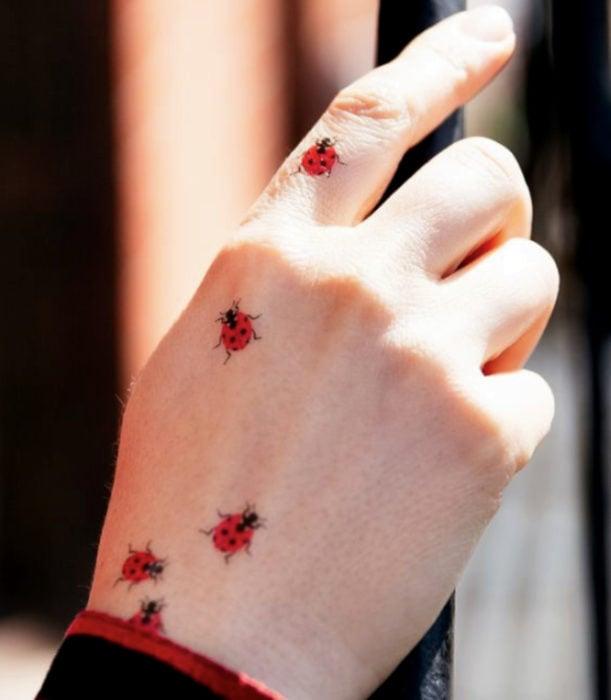 Tatuajes femeninos y discretos en las manos; catarinas