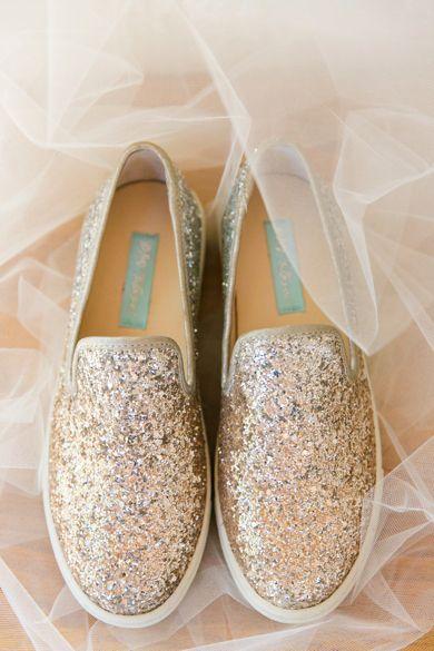 tenis con glitters dorados para bodas