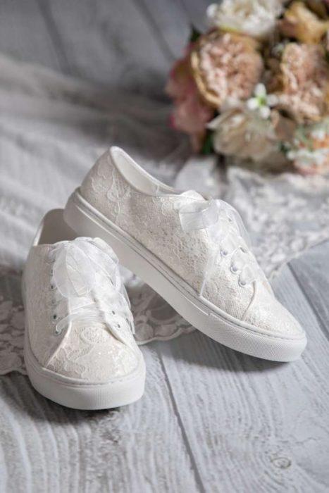 Tenis con encaje y cintillas blancas para boda