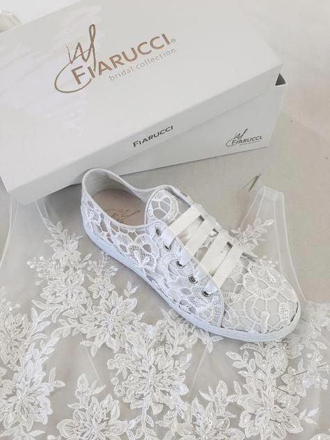 Tenis blanco con encaje y glitters