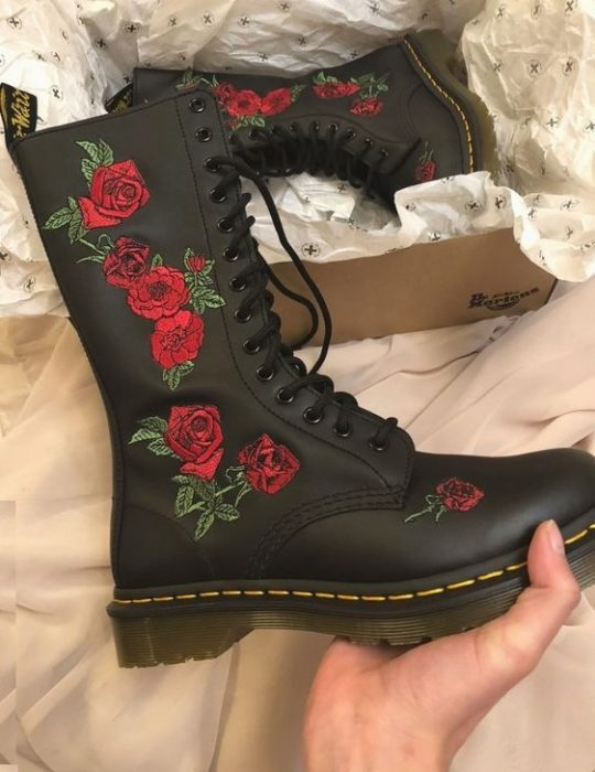 Botas altas en negro estilo Dr. Martens con flores bordadas a los costados