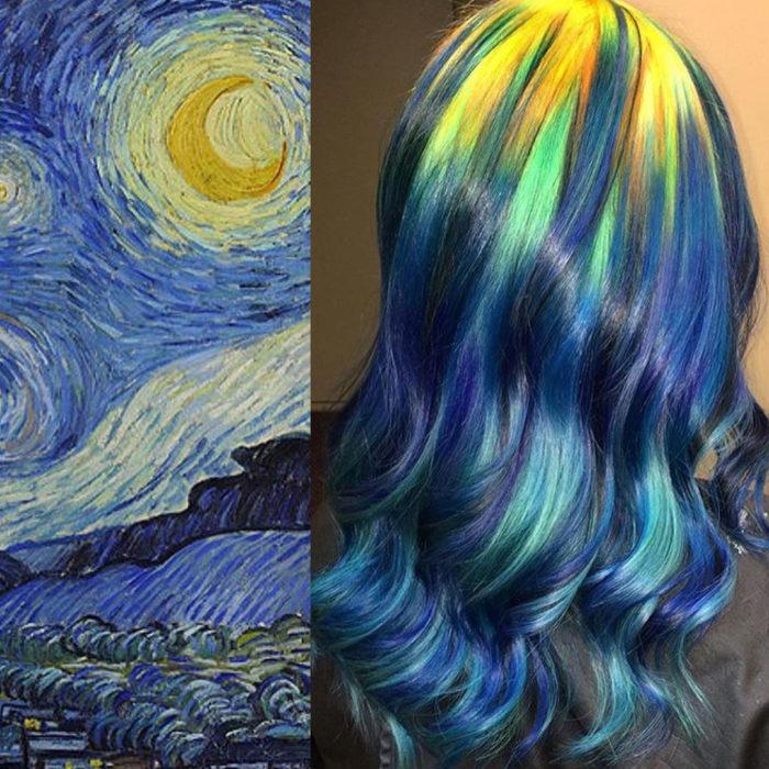 Ursula Goff, estilista crea tintes basados en naturaleza y obras de arte; la noche estrellada de Vincent van Gogh, cabello largo, ondulado amarillo, verde y azul