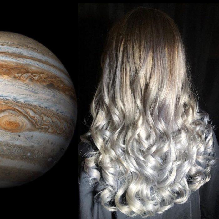 Ursula Goff, estilista crea tintes basados en naturaleza y obras de arte; Júpiter, cabello largo y ondulado, castaño con plateado