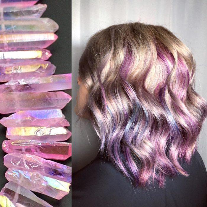 Ursula Goff, estilista crea tintes basados en naturaleza y obras de arte; cristales rosas, cabello corto, ondulado de color rosa, morado, lila y plateado