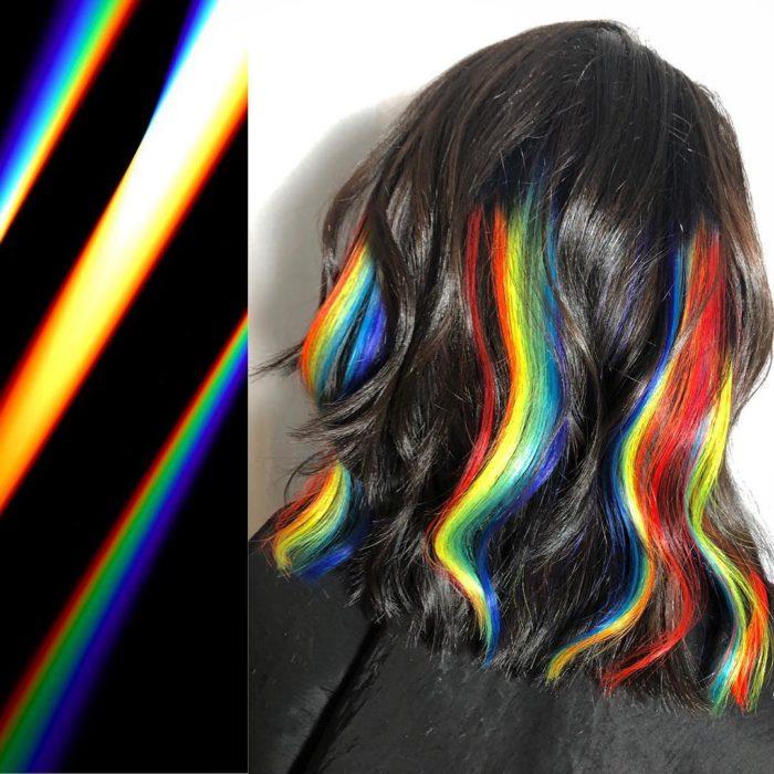Ursula Goff, estilista crea tintes basados en naturaleza y obras de arte; reflejo de la luz, cabello corto, ondulado, castaño con mechones arcoíris, rojo, amarillo, verde, azul claro y rey
