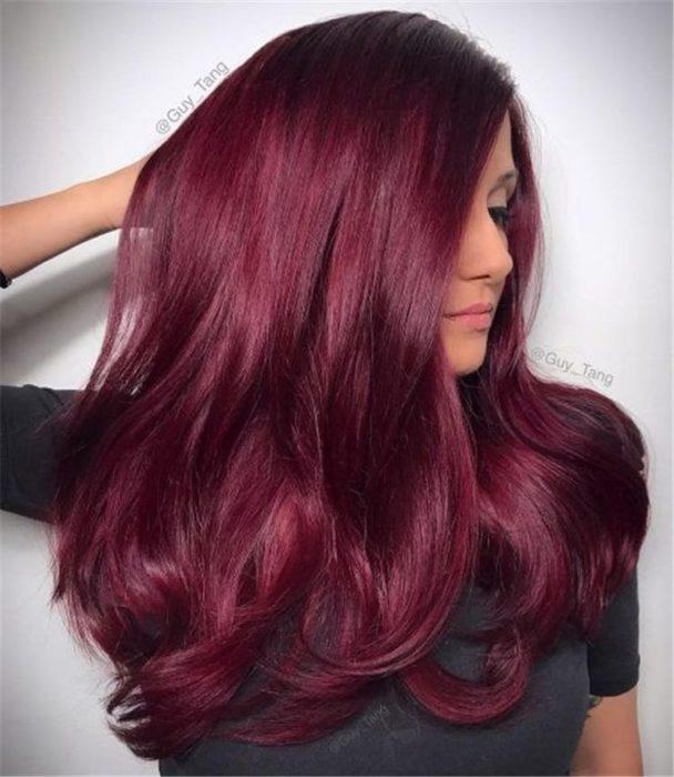 Chica con el cabello teñido de color rojo vino