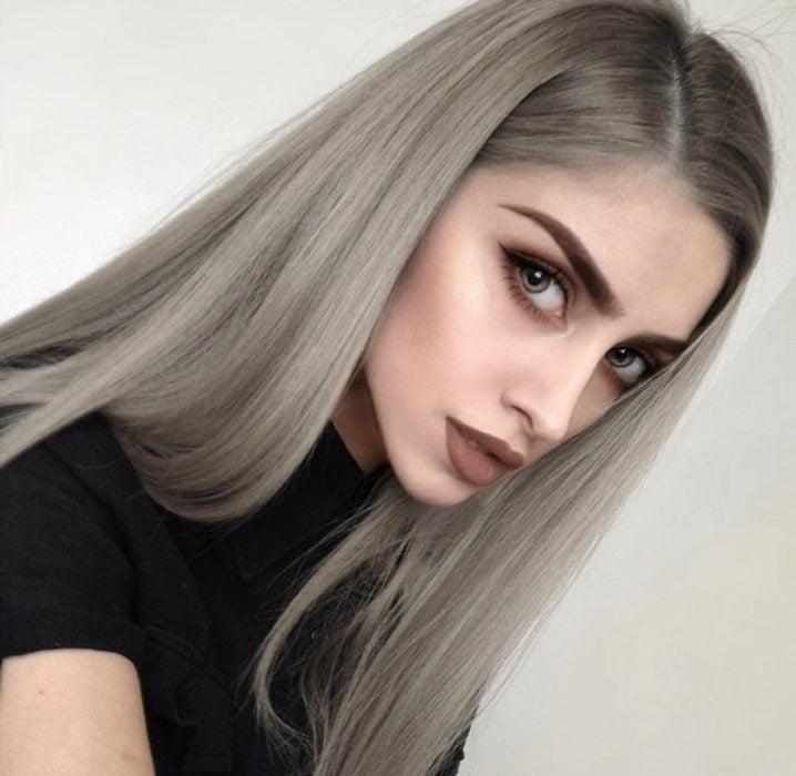 Chica con el cabello castaño cenizo